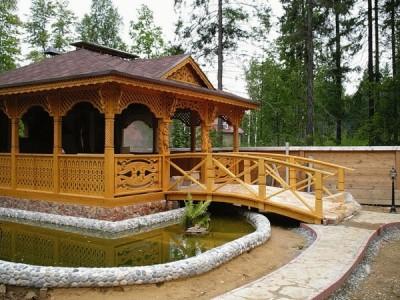 Садовая беседка с мостом и рвом